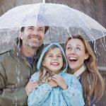 Einen Schirm über den bisherigen Versicherungsschutz spannen - so kann man es veranschaulichen, wenn Lücken in der Absicherung geschlossen werden. Foto: djd/HDI/Getty