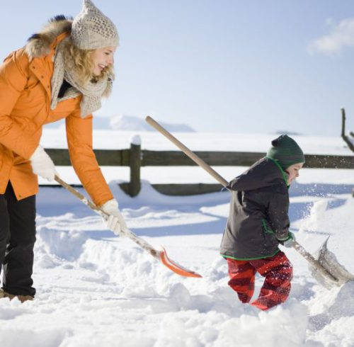 Selbst das lästige Schneekehren lässt sich in ein kurzweiliges Erlebnis für die ganze Familie verwandeln. Wichtig ist aber gerade im Winter, auch in Sachen Versicherungsschutz nicht ins Schleudern zu kommen. Foto: djd/DVAG/thx